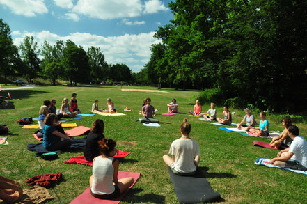 Yoga-Gruppe im Grünen