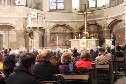 In der Ev. ZION-Kirche hält am 9.4.2015 Prof. Dr. Wolfgang Huber, früher ev. Bischof, einen Vortrag über Dietrich Bonhoeffer.  Foto: Helga Karl
