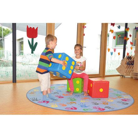 Jeu de dés géants à lancer géants. Idéal pour les enfants avec ces dés géants en mousse de couleur rouge, vert ou bleu à acheter pas cher.