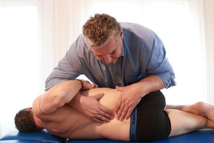 Strukturelle osteopathische Techniken z.B. bei LWS (Lendenwirbel) lösen der Verspannungen