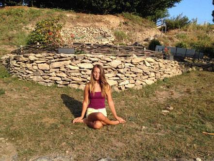 Juliette ADDESSO Naturopathe au gite de la Gorre en position Yoga et méditant en ardeche