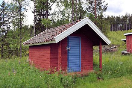 """Das ist das """"Kinderhaus"""". Hier finden Sie die Ruder für das Boot und ein wenig Outdoorspielzeug für die Kinder."""