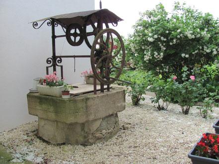 Maison de vacances montreuil bonnin - puits décoratif