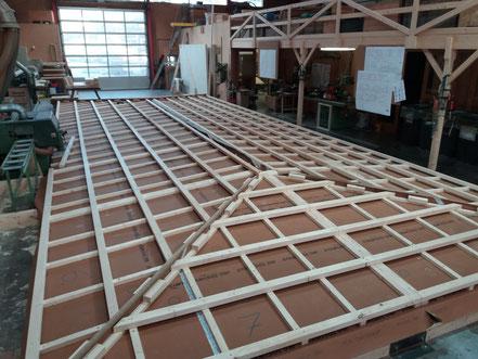 Aufbau des Daches in der Produktionshalle