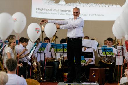 Dirigent Volker Schlechtriem präsentiert den Gemeinschaftschor beim CVJM-Jubiläumskonzert 2018