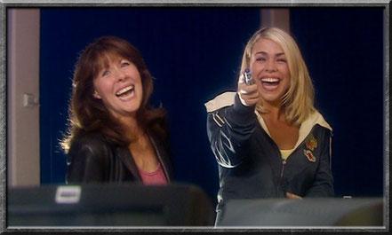 Sarah Jane und Rose lachen über den Doctor
