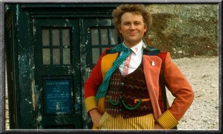 Der sechste Doctor vor seiner TARDIS