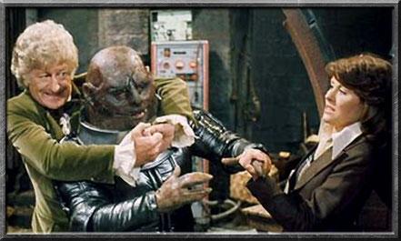 Der Doctor und Sarah Jane kämpfen gegen einen Sontaraner