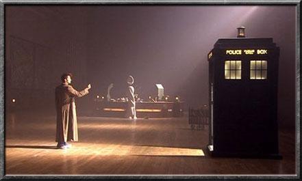 Der zehnte Doctor öffnet die TARDIS mit einem Fingerschnippen