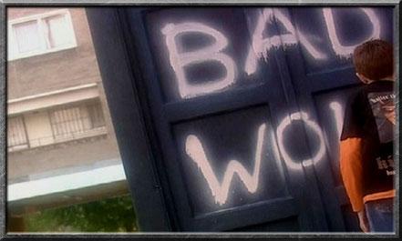Ein Kind sprüht die Worte Bad Wolf an die TARDIS