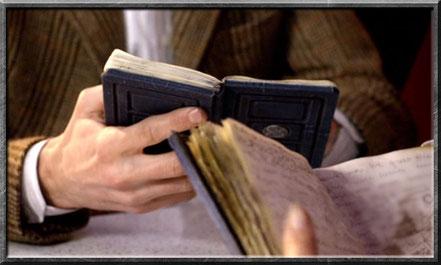 Der Doctor und River beim vergleichen ihrer Tagebücher