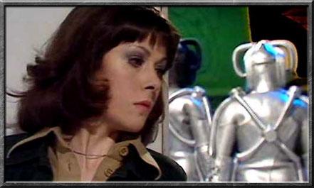 Sarah Jane belauscht ein paar Cybermen