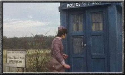 Tegan kurz bevor sie die TARDIS das erste mal betritt