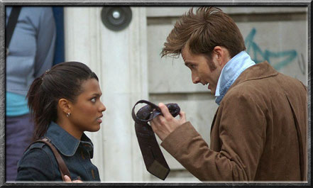 Der Doctor beweist Martha das er durch die Zeit reisen kann