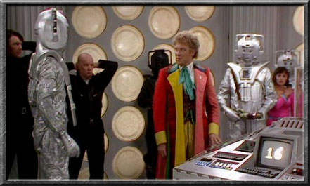 Die Cybermen überraschen den Doctor in der TARDIS