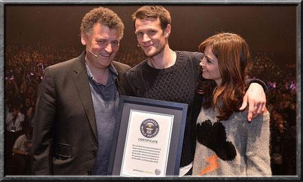 Steven Moffat, Matt Smith und Jenna Coleman mit der Urkunde