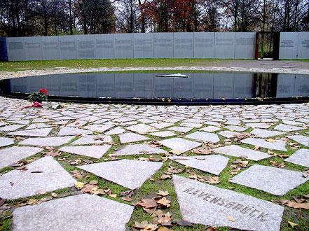 Ook de herdenkingsplek voor de vermoorde Sinti en Roma pal naast de Reichstag ligt op de route van deze excursie