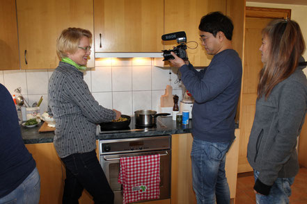 Fernseh Team aus Südkorea in Sattel