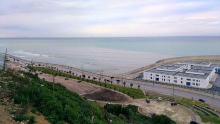 タンジェの海岸沿いの景色。お天気の日には肉眼でスペインのあるヨーロッパ大陸が見えます。