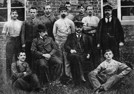 August Horch (assis, casquette) et ses collaborateurs