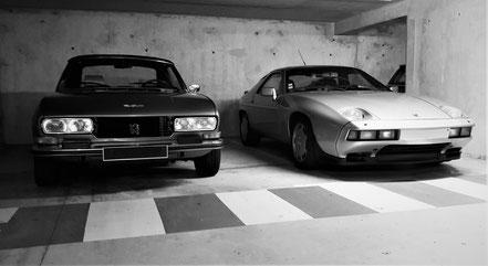 Peugeot 504 et Porsche 928 au parking