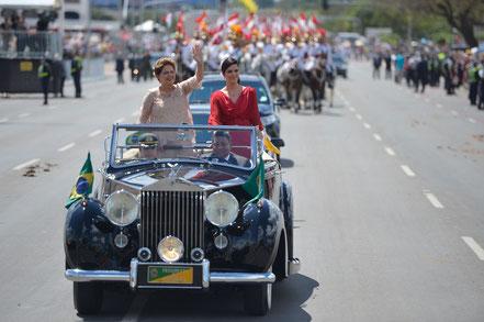 Dilma Rousseff défile dans une Rolls Royce Silver Wraith de1952 pour son second mandat.