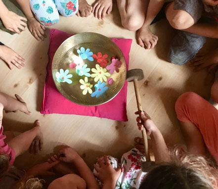 Klangschalen mit allen Sinnen spielen, sasana Massage- & Klangpraxis in Muhen, Aargau