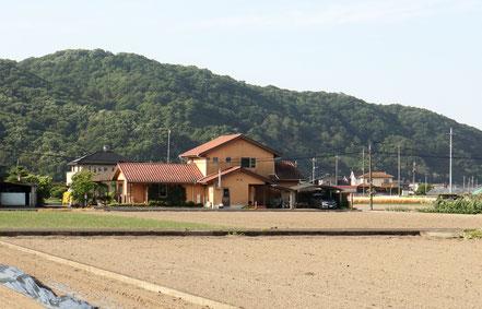 後ろ(南)は軽部山。オッパイ神社と呼ばれる軽部神社が麓に