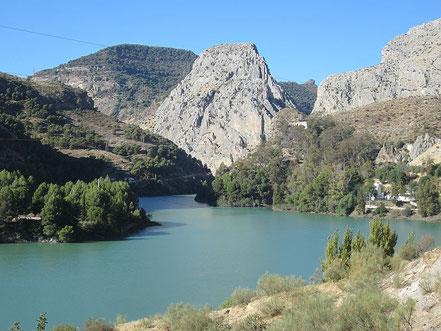 Andalusien Reise, türkisblauer Stausee, Berge Andalusien