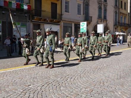 """Il gruppo storico """"SESTO ALPINI"""" al Raduno Triveneto di Verona del 14 settembre 2014 (alfiere il capogruppo di Calmasino Paolo Zapolla)."""