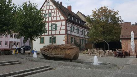 weiter zum Brunnenstein auf dem Kirchplatz