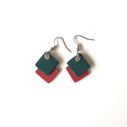 BOs vert et rouge. Dimensions des pendents : 3cm.  Réf : CUIR1904#2.  PRIX : 13€