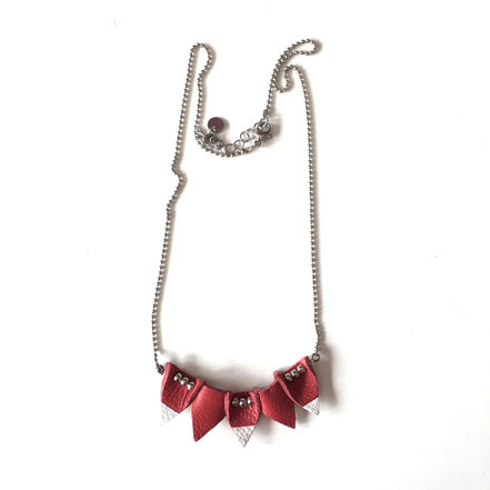 """Collier en cuir """"Triangle"""" rouge et blanc. Réf : CUIR1906.  Prix : 20€"""