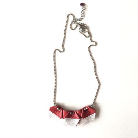 """Collier en cuir """"Hexagone"""" rouge et blanc. Réf. CUIR1905.  Prix : 20€"""