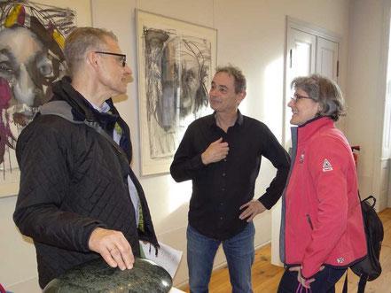 Peter Rosenzweig  (mitte) mit Besuchern im Gepräch