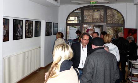 Gespräch zwischen Georg Grell und Gästen