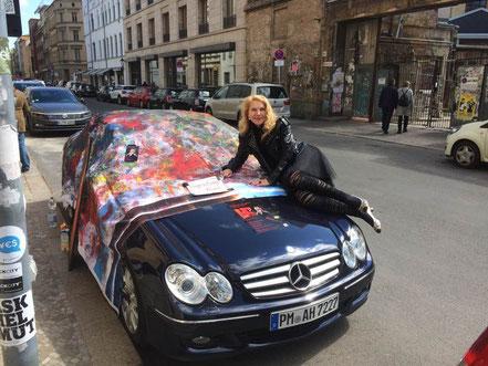 Gudrun A. Hoffmann, vor der Galerie. Malen mit den Füßen zur Musik