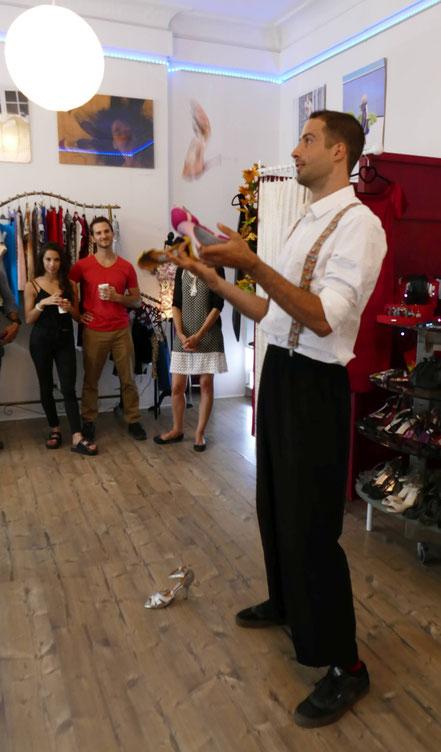 Jonglieren (Phillip) im Concept Store