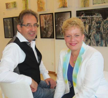 Sabine Glathe und Georg Grell vor ihren Werken
