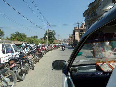 File d'attente pour l'essence à Katamandou