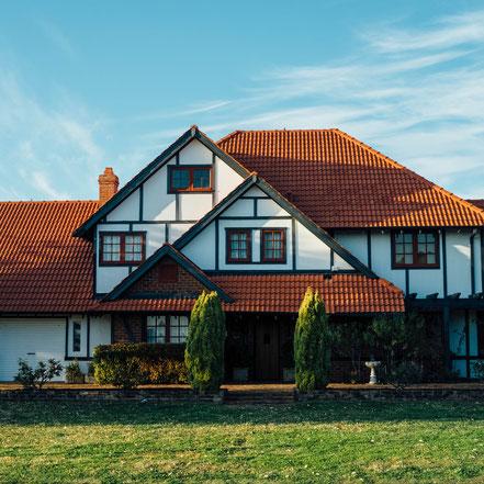 Arbeiten im Außenbereich wie z. B.  private oder öffentliche Wege und Flächen, Fassade, Gerüst, Dach, Gartenbau, Fundament und Rohbau.