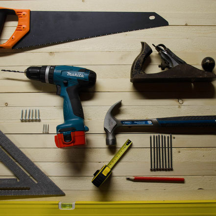 Reparaturarbeiten rund um das Haus und Gebäude wie z. B. Küchen, Möbel, Montage und sonstige kleine Reparaturen.