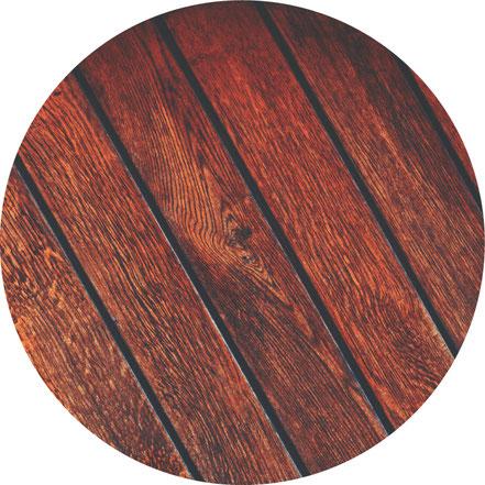 Altbelag abschleifen, Grundierung auftragen; Bodenfliesen, Laminat, Trittschalldämmung und Sockelleisten, Teppichboden, PVC-Boden, Linoleumboden, Terrassen-Boden und Dielenboden verlegen, Fliesen auf Fliesen verlegen, Naturstein-Boden verlegen oder reinig