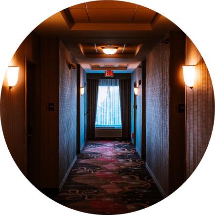 Reparaturen rund um die Innenräume: Wände, Decken, Bodenfläche, Bodenbelag, Fliesen, Parkett, Laminat, PVC, Linoleum, Türen, Türrahmen, Jalousien, Dielenboden, Sockelleisten und sonstiges sanieren.