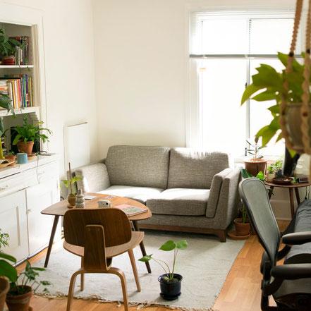 Arbeiten im Innenbereich wie z. B. Wohnräume: Wände, Decken, Türen, Fenster, Boden, Heizung und Sanitär, Treppen, Möbel, Reinigung und Entsorgung.