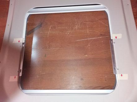 Eine Türverkleidung mit den äußeren Haltern