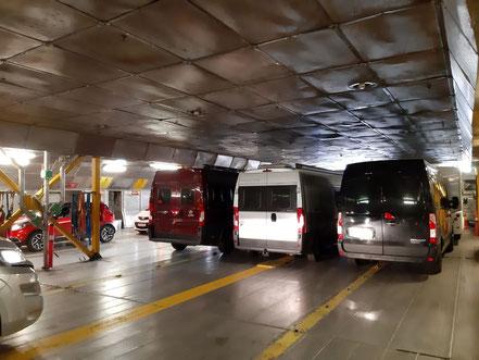Sauber eingeparkt in der Fähre
