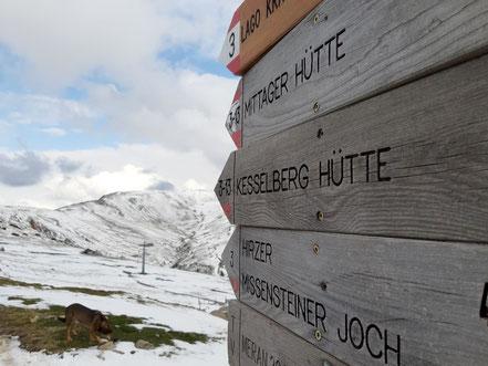 Kesselberg Hütte (die Schildspitze zeigt drauf)