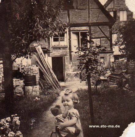 Etwa 1952/53 im Garten vom Haus Hollenbeckerstr. 24 mit Steinen von den Kriegstrümmern (Daraus entstand später eine angebaute Waschküche)  - Foto Maria Seidel