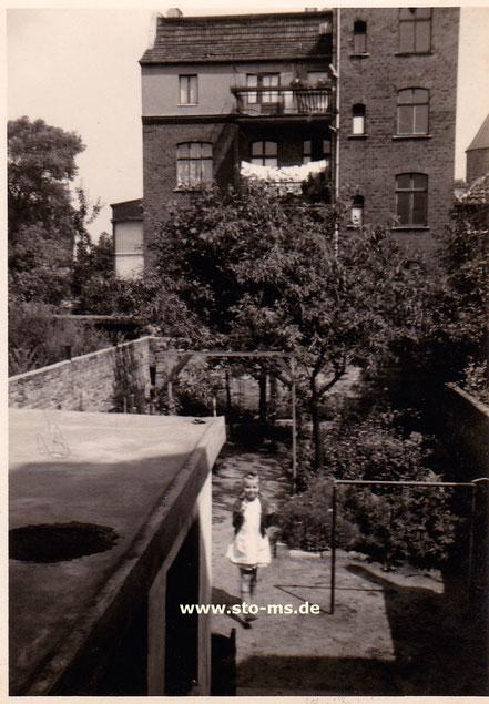 Blick von unserem Garten Richtung Kreuzstraße 1956 (hinten rechts der Buddenturm) - Foto Maria Seidel